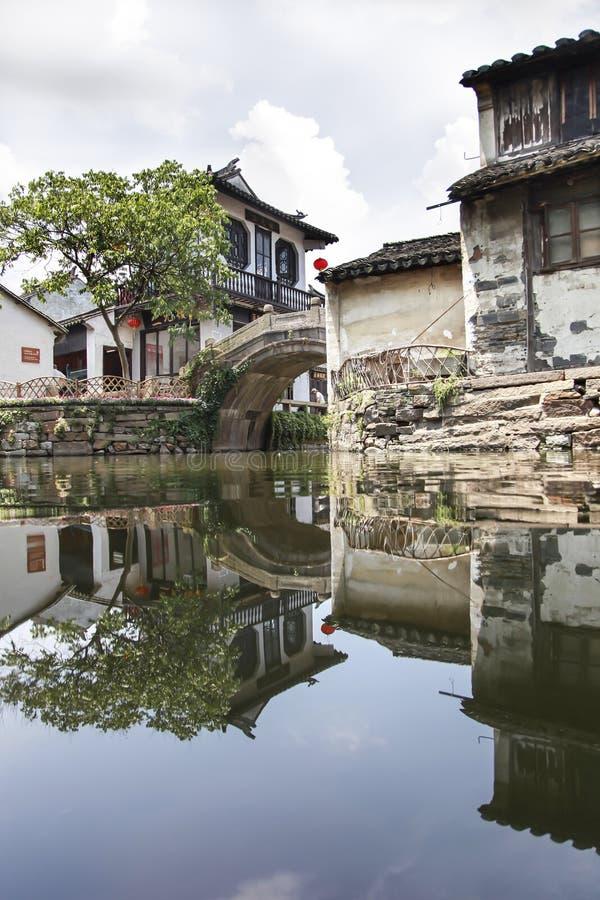 Refleje del edificio viejo en la ciudad del agua de Hangzhou Wuzhen, Zhejiang foto de archivo libre de regalías