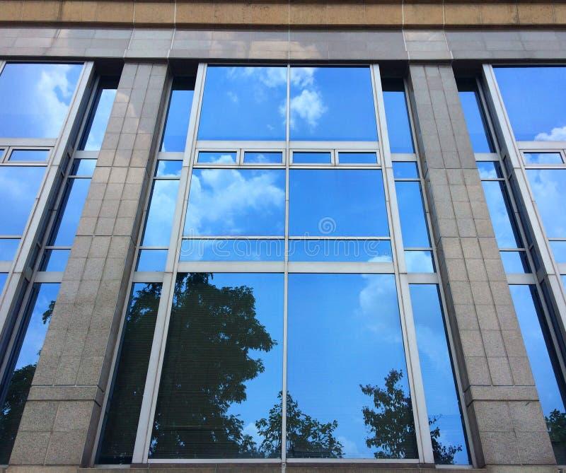 Refleje el cielo en el edificio de cristal foto de archivo libre de regalías