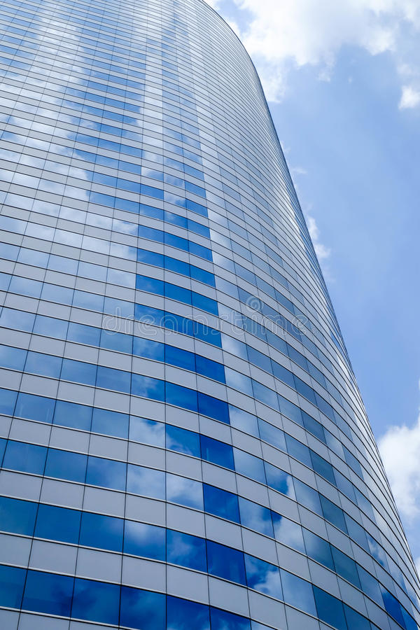 Refleje el cielo en el edificio moderno fotos de archivo libres de regalías