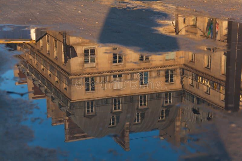 Refleje en el cuadrado de Piramides, París imagenes de archivo
