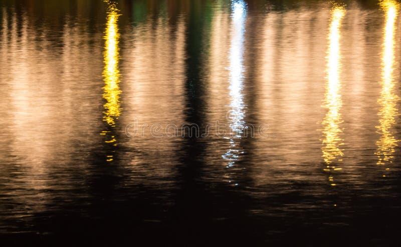 Refleje la luz colorida en el río foto de archivo
