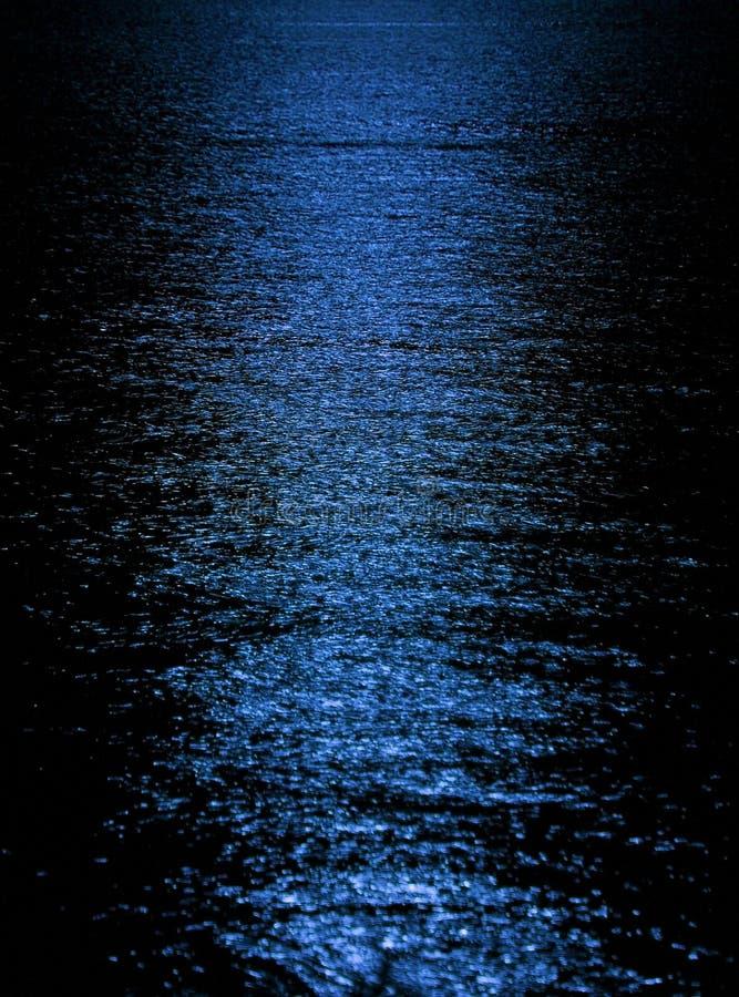 Reflejo de luz de la luna imagenes de archivo