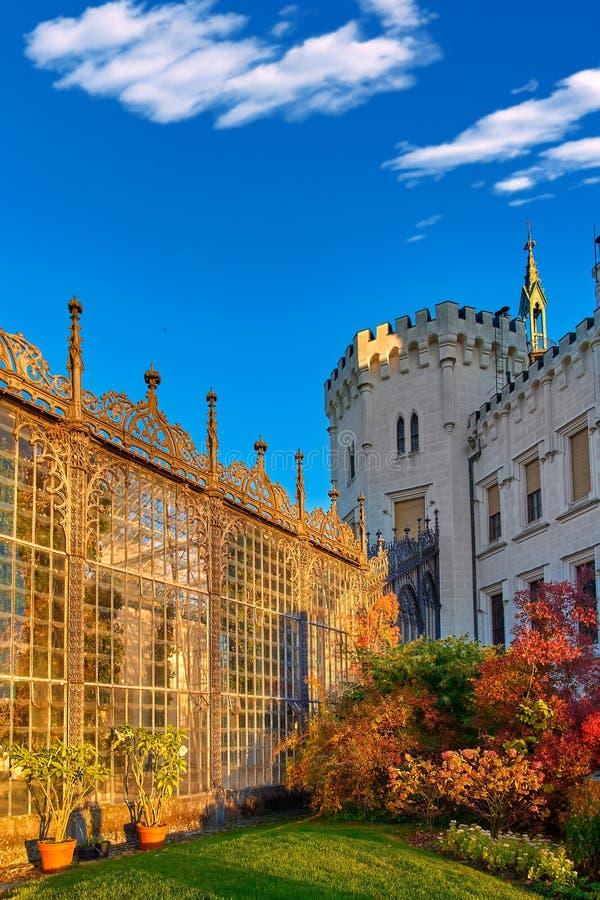 Reflejo de luz magnífico del sol en el jardín de cristal del castillo francés de Hluboka nad Vltavou Puesta del sol sobre el cast imagen de archivo