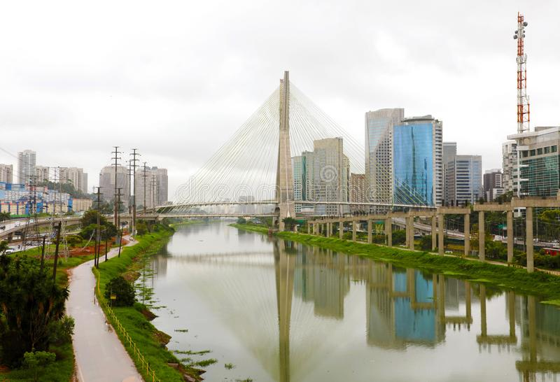 Reflejo del puente de Estaiada de la señal de la ciudad de Sao Paulo en el río de Pinheiros, Sao Paulo, el Brasil imagenes de archivo