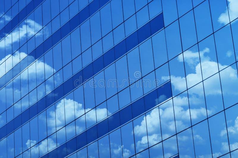 Reflektera av daghimmel på fönstertorn arkivfoton