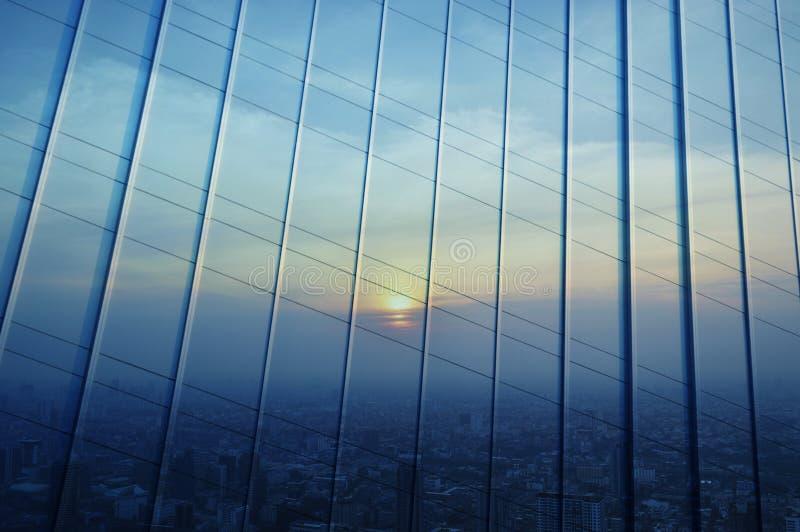 Reflektera av flyg- sikt av cityscape på solnedgången på metallväggen, förbud royaltyfri bild