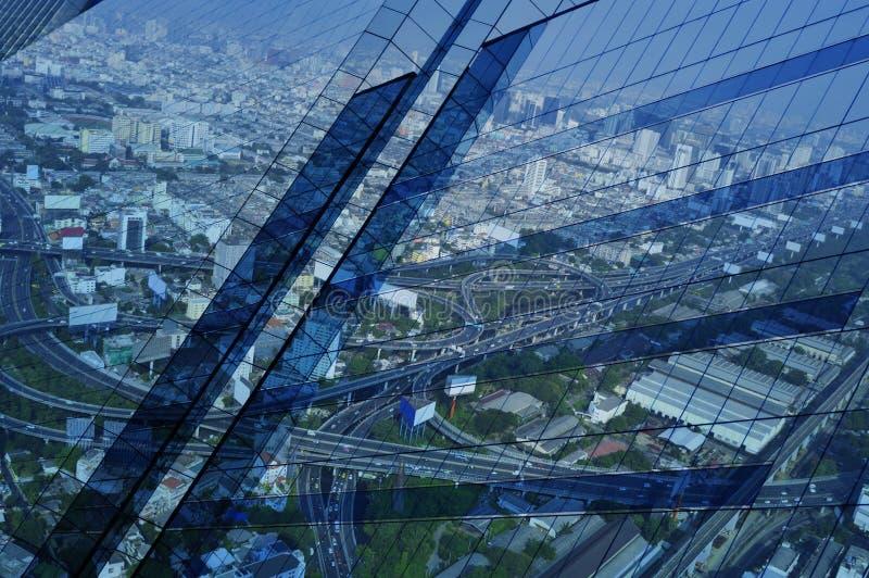 Reflektera av flyg- sikt av den cityscapemotorvägen och huvudvägen på wi royaltyfri fotografi