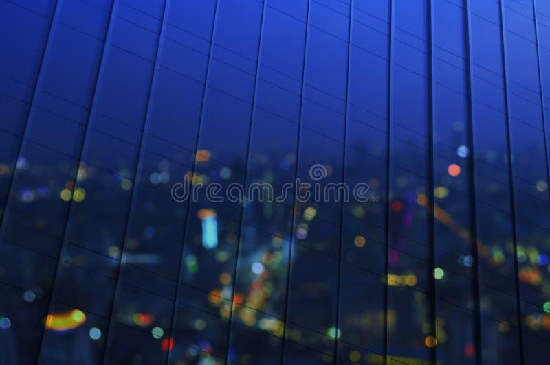 Reflektera av flyg- sikt för suddighet av cityscape på modernt fönsterkontor royaltyfria bilder
