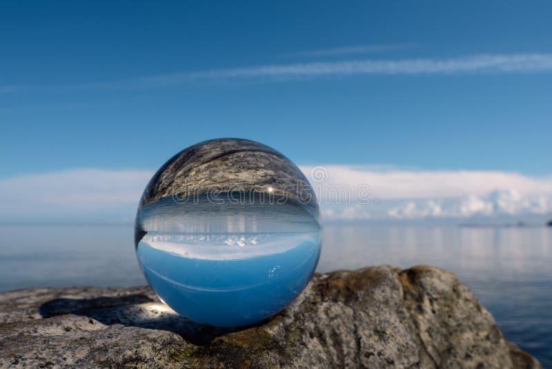 Reflektera i kristallkula arkivfoto