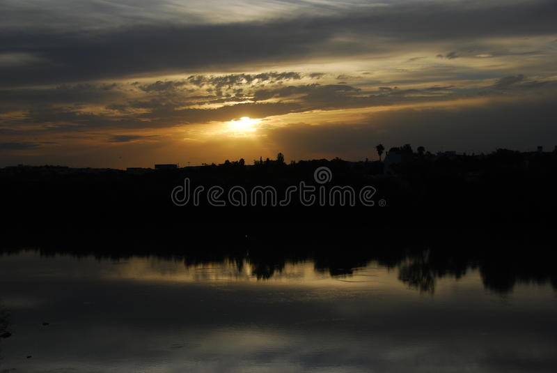 reflekterad liggande fotografering för bildbyråer