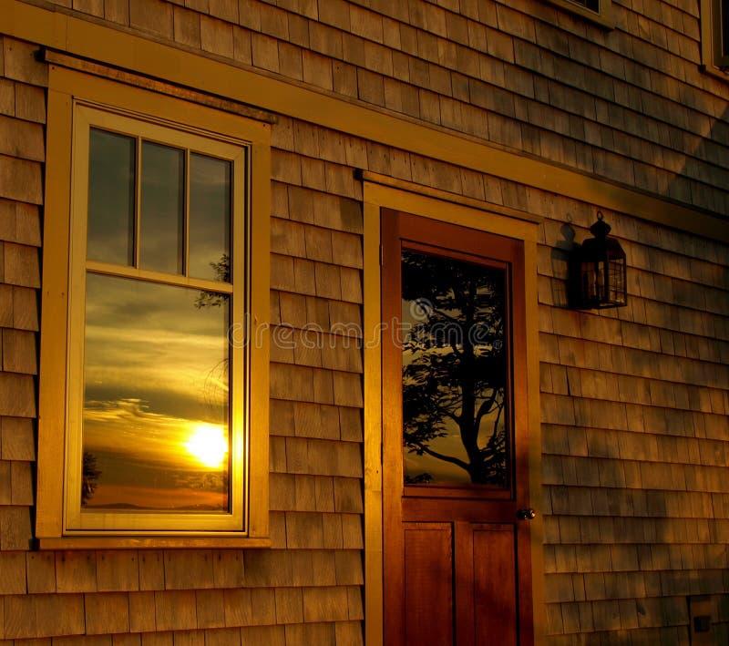 reflekterad sommarsolnedgång royaltyfri bild