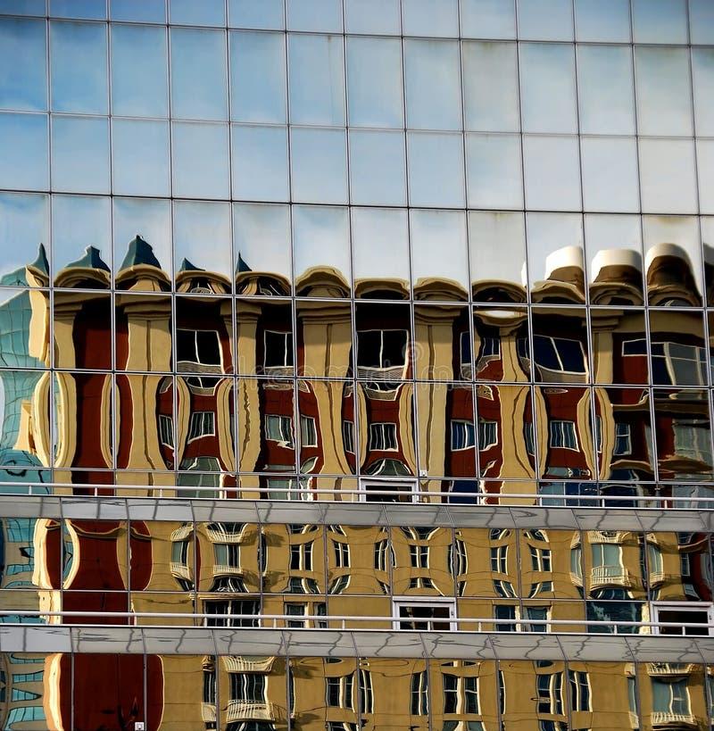 reflekterade glass paneler för byggnad royaltyfri bild