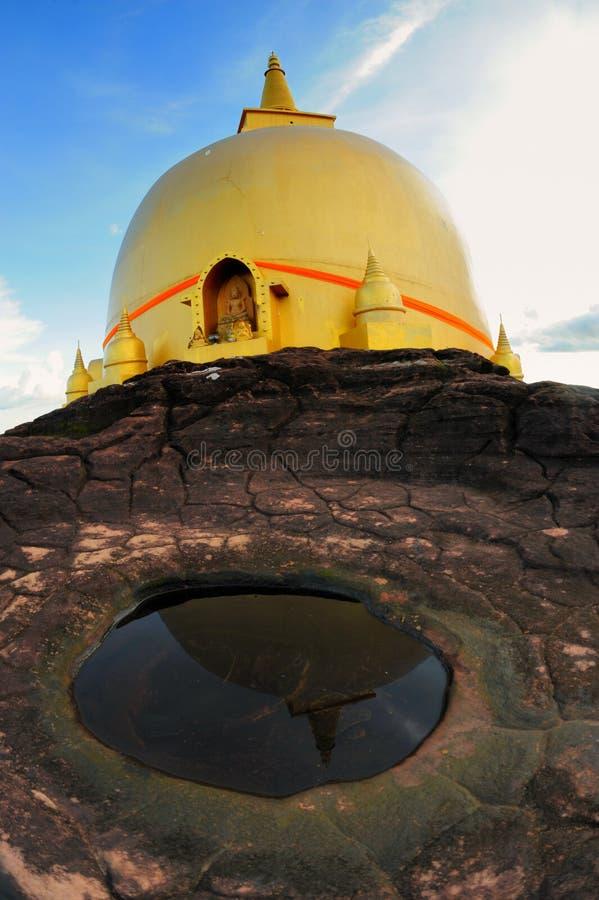 Reflekteraen av den guld- pagodaen Nakhon Phanom, Thailand.