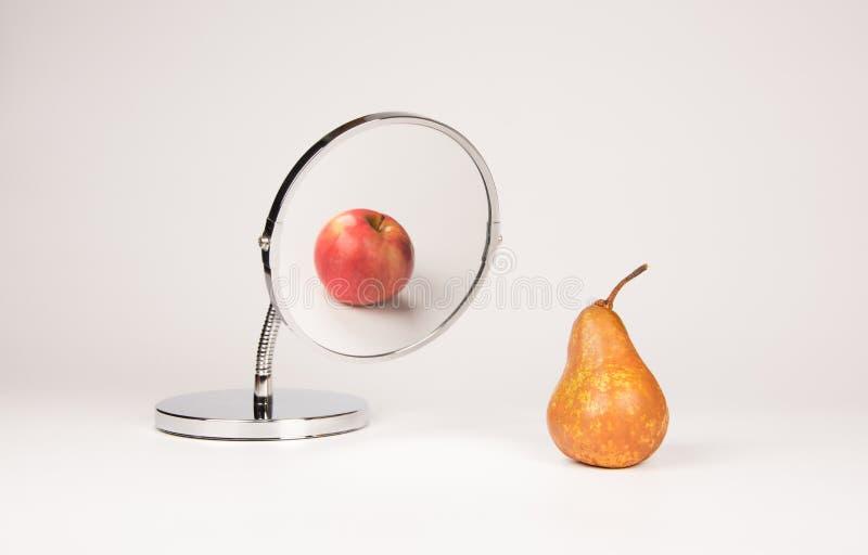 Reflekterande äpple och päron för spegel royaltyfri bild