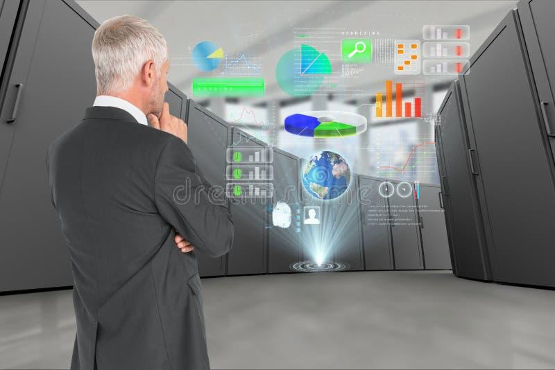 Reflekterande affärsman i datorhall med digitala symboler royaltyfria foton