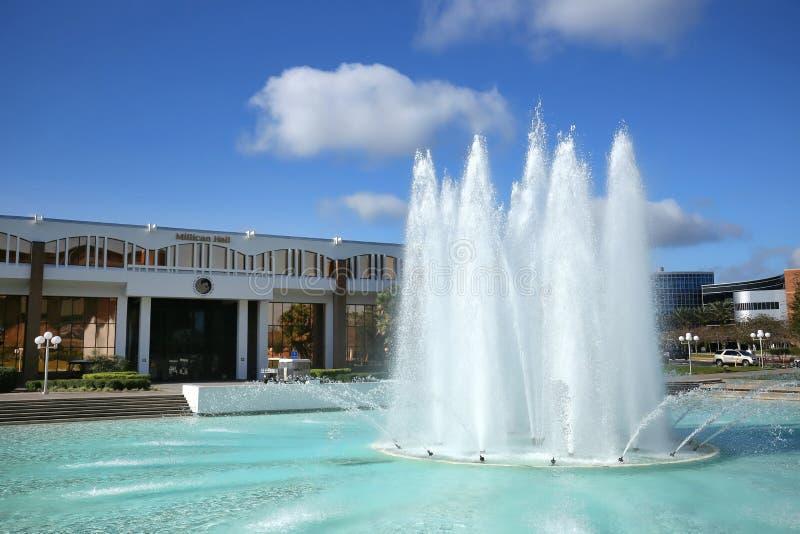Reflekterande damm & springbrunn framme av Millican Hall på UCF i Orlando, Florida royaltyfri fotografi
