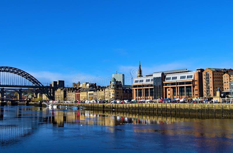 Reflekterande deppighet, på flodbrygden, Gateshead, på en härlig höstmorgon arkivfoton