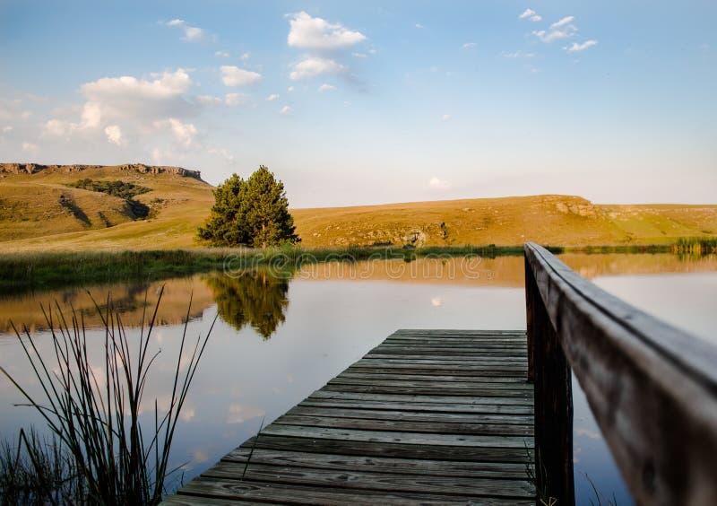 Reflekterande Drakensberg damm med kullar arkivfoto