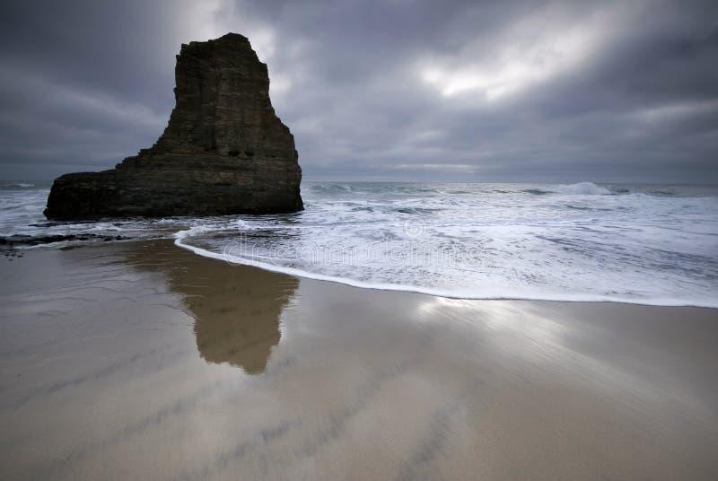 reflekterande rock för hav arkivbild