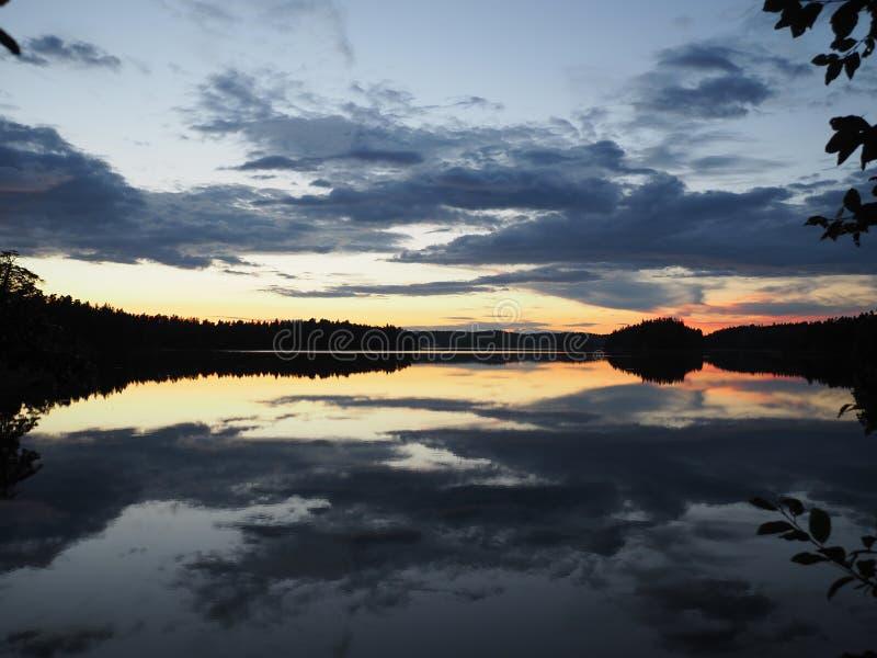 Reflekterande sjö efter solnedgången, Muskan royaltyfri fotografi