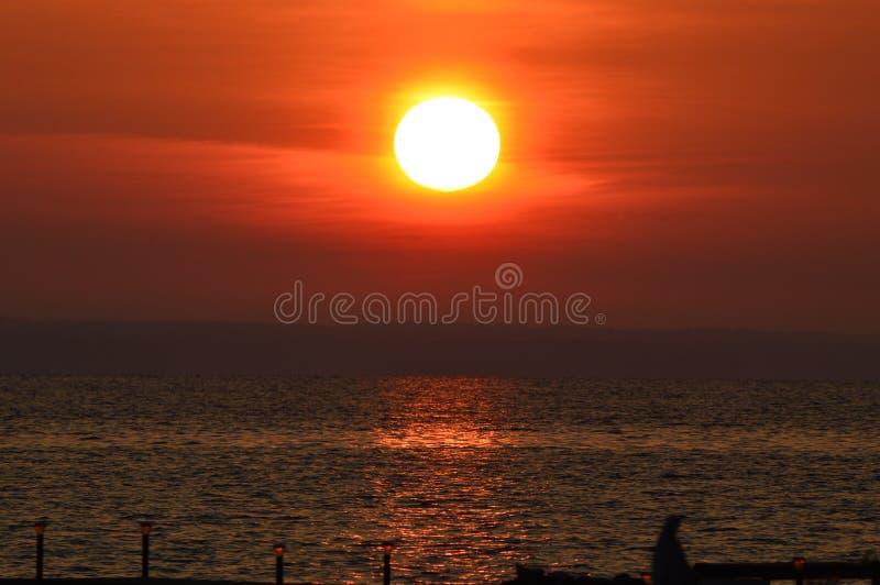 Reflekterande soluppgång arkivbild