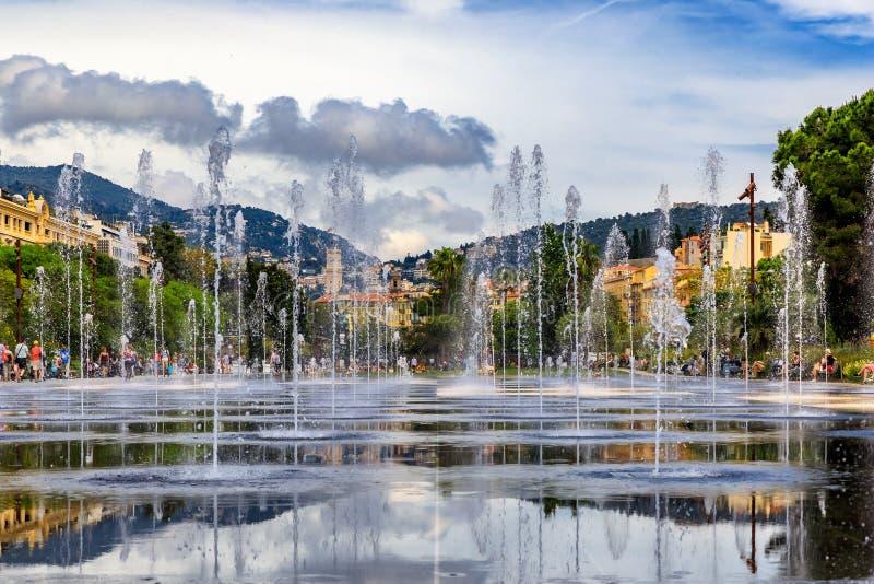 Reflekterande springbrunn på promenad du Paillon i trevliga Frankrike royaltyfria foton