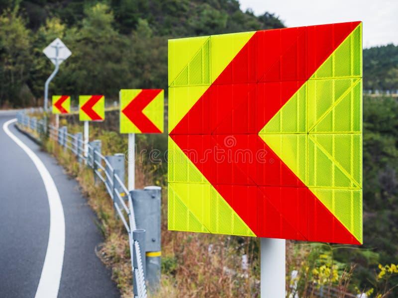 Reflekterande väg för huvudväg för trafik för pilteckenriktning royaltyfri bild