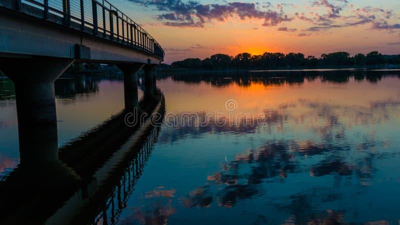 Reflektieren durch die Brücke lizenzfreie stockfotos