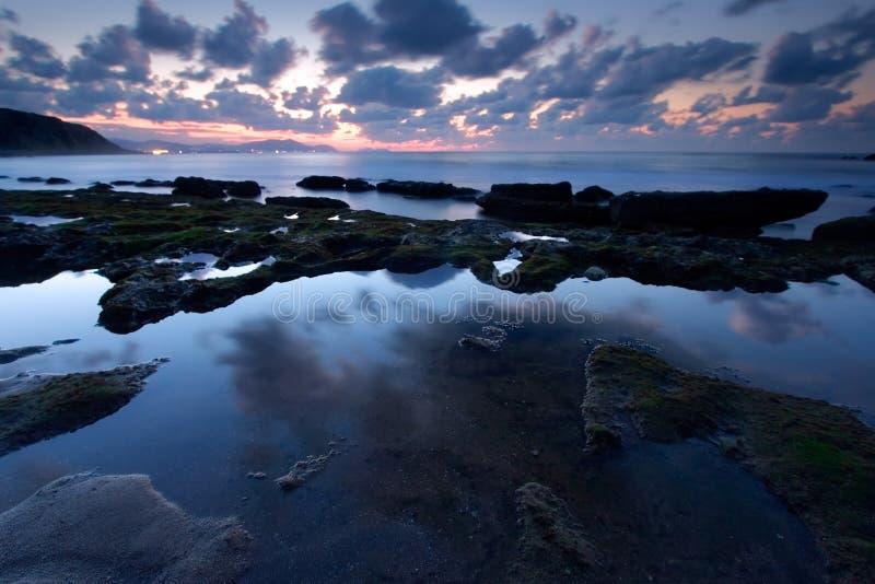 Reflektieren Sie sich im Strand von Azkorri in Getxo lizenzfreie stockfotografie