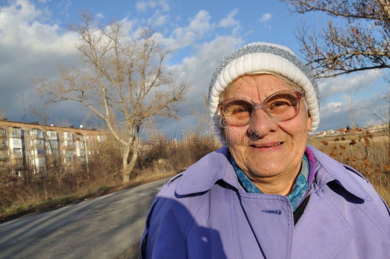 Reflektierende tragende Gläser einer älteren Frau stockfoto