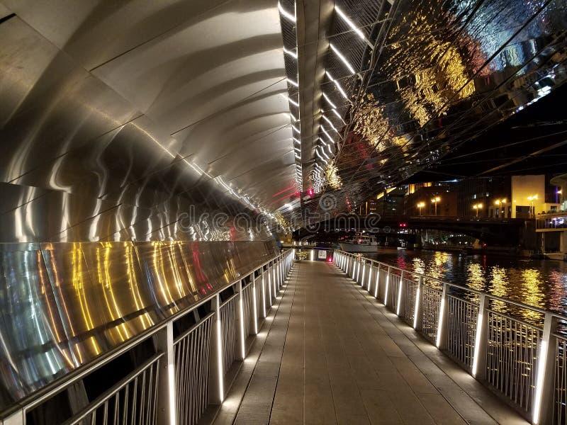 Reflektierende Unterführungen Chicagos Riverwalk nachts lizenzfreies stockbild