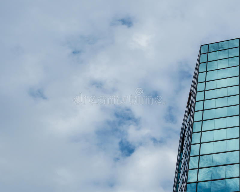 Reflektierender Himmel des modernen Glasgebäudes stockbilder