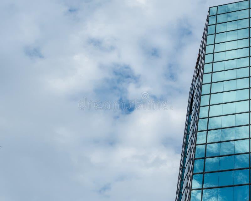 Reflektierender Himmel des modernen Glasgebäudes stockfotografie