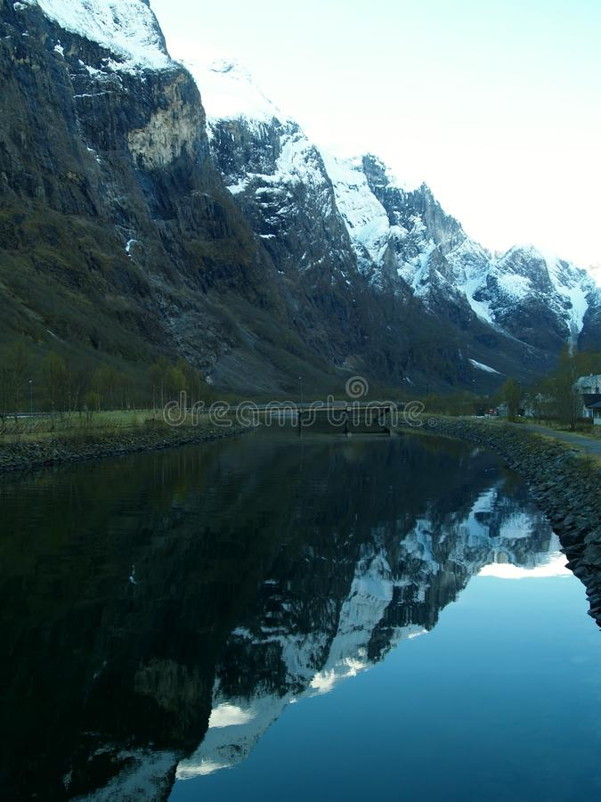 Reflektierte Berge lizenzfreie stockfotografie