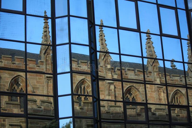 Reflektierte sich gotische Artkirche Glasgows in den Fenstern von modernen Gebäuden lizenzfreies stockbild