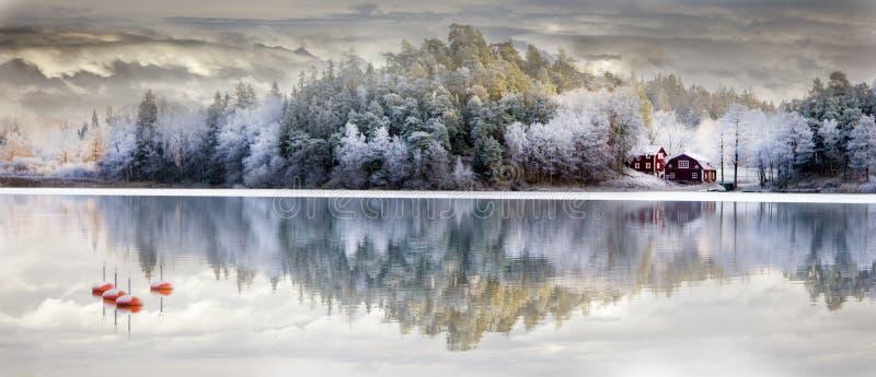 Download Reflektiertes Haus stockbild. Bild von weiß, wolke, landschaft - 12200071