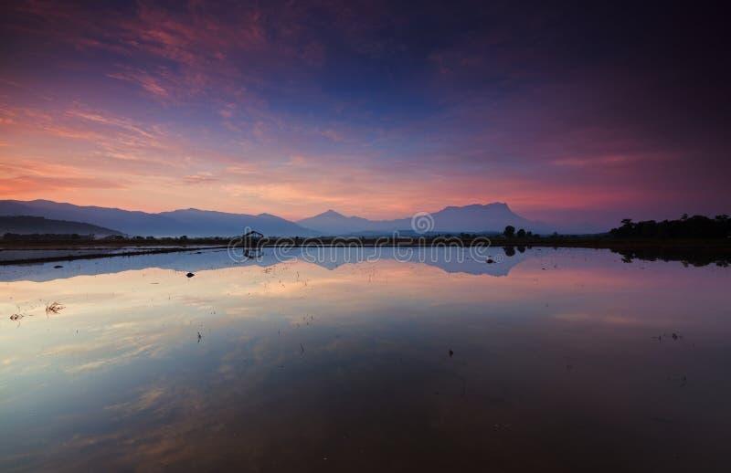 Reflektion av en vacker soluppgång i Kota Belud, Sabah arkivbild