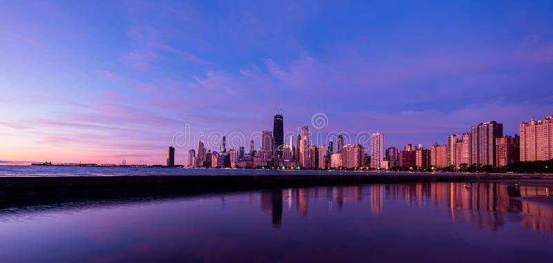 Reflektion der Innenstadt von Chicago, Illinois im Lake Michigan stockfotos