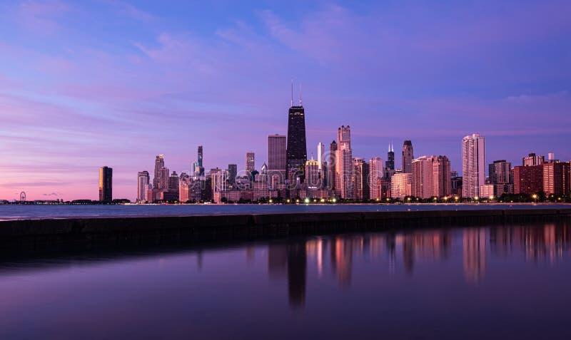 Reflektion der Innenstadt von Chicago, Illinois im Lake Michigan stockbilder