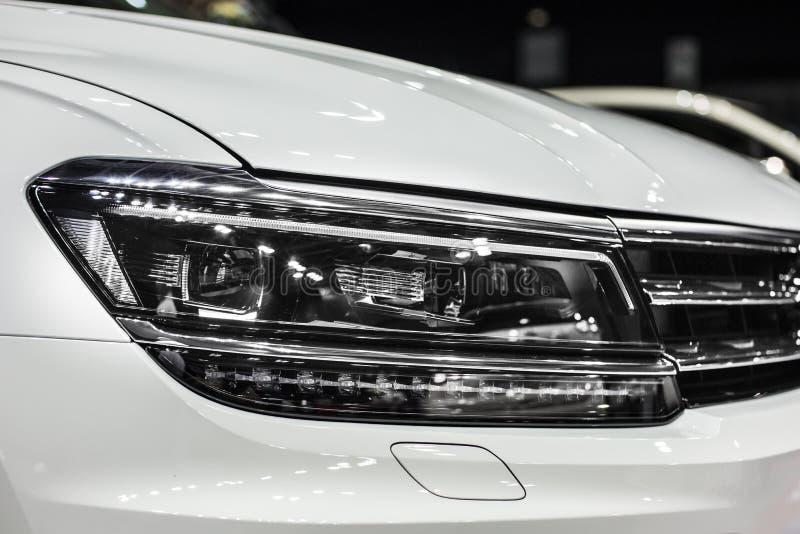 Reflektor biały nowożytny samochód z dowodzonych i ksenonów optyka obrazy royalty free