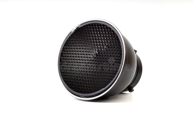 Reflektor mit Bienenwabengitterzusatz für Studioröhrenblitze und -blitze auf weißem Hintergrund lizenzfreies stockbild