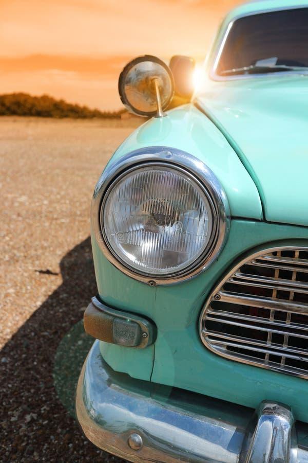 Reflektor rocznika klasyczny samochód w jesieni złotym niebie przy zmierzchu czasem fotografia stock