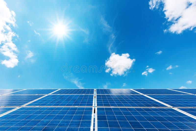 Reflektoren und der Turm, der Energie erfasst lizenzfreie stockbilder