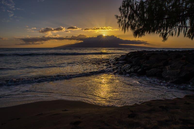 Refletir claro fora da ressaca de Maui quando o sol se ajustar fotografia de stock royalty free
