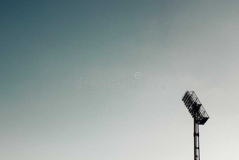 Refletores do projetor do estádio contra o céu imagem de stock royalty free