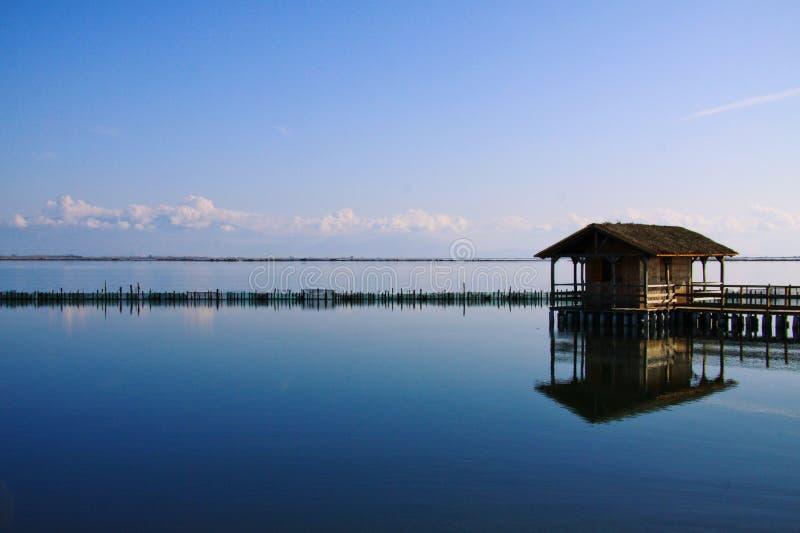 Reflexão azul da cabana de um pescador imagem de stock royalty free