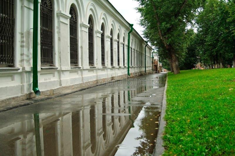 Reflexão bonita da parede na água após a chuva fotos de stock royalty free