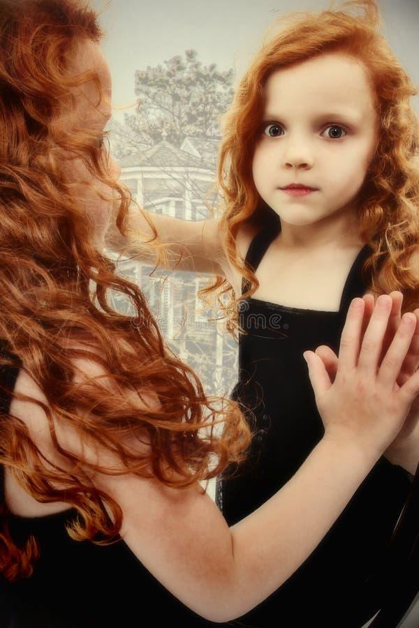 Reflexão bonita do fantasma da criança da menina fotos de stock royalty free