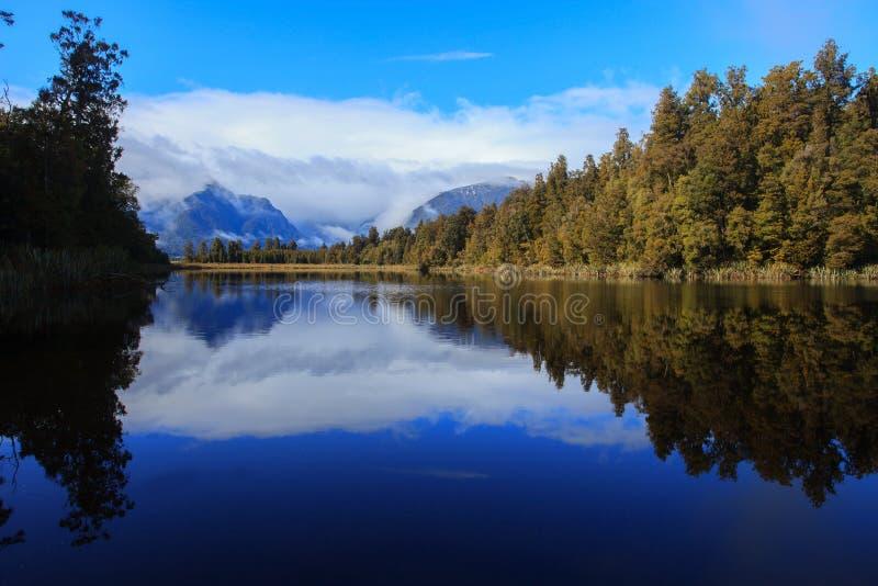Reflexão cênico do matheson do lago na ilha sul Nova Zelândia foto de stock