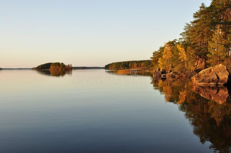 Reflexão calma do lago fotografia de stock royalty free